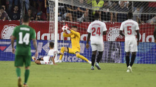 Vaclik rechaza un remate de Antal, salvando al Sevilla del empate.