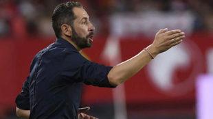 Pablo Machín da instrucciones durante el partido ante el Zalgiris.