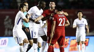 Demba Ba y Zhang Li durante el incidente en el transcurso del choque...