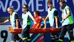 Ona Batlle sale lesionada durante el partido de España contra...