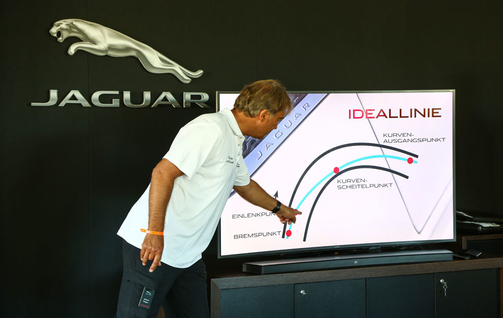 Los instructores, explicando las trazadas y los trucos del circuito...