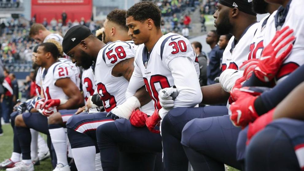 Miembros de los Houston Texans se arrodillan en señal de protesta...