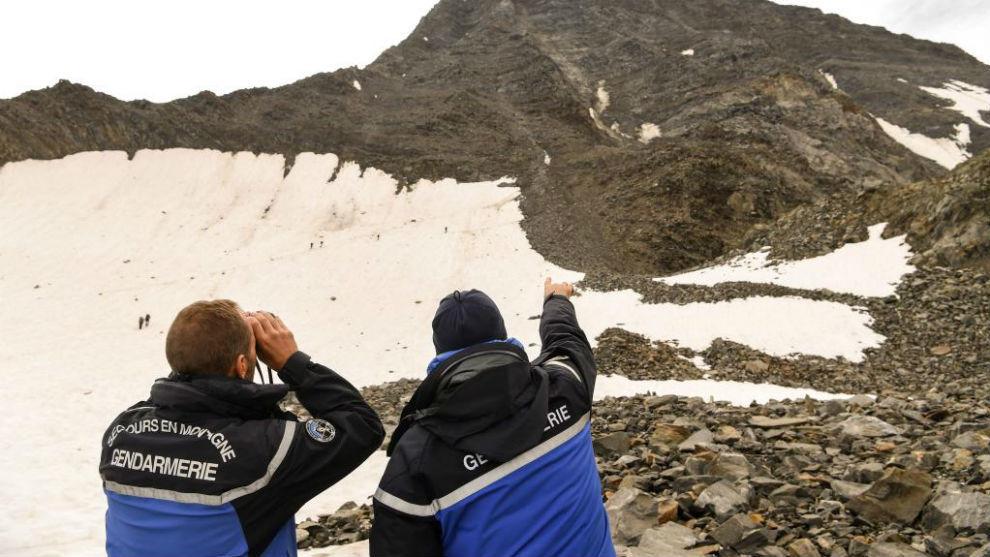 Dos personas de la Gendarmería de Alta Montaña (PGHM) de Chamonix...
