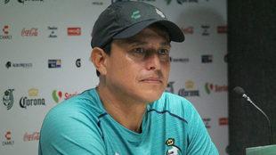 El técnico en conferencia de prensa con Santos Laguna