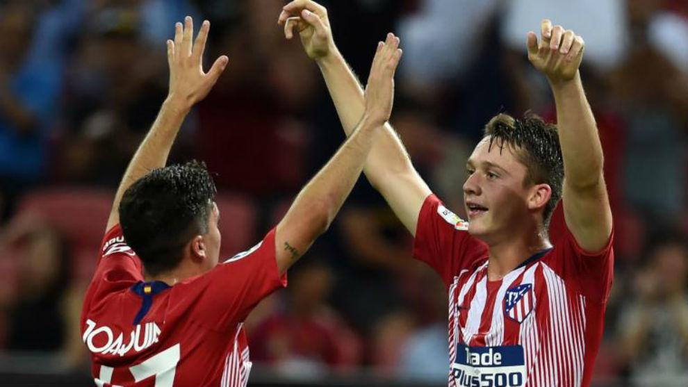 Joaquín y Borja Garcés celebran un gol del primer equipo en Singapur