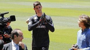 Courtois saluda a los aficionados en su presentación en el Bernabéu.