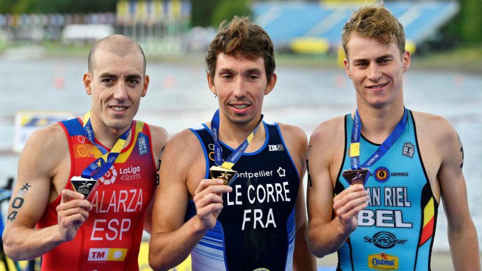 Fernando Alarza, en el podio de los Campeonatos de Europa de triatlón