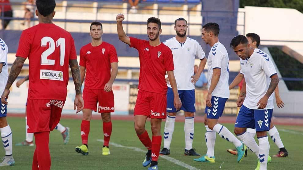 Andrés Martín celebra con sus compañeros el primer gol ante el...