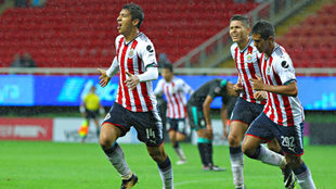 Ángel Zaldívar celebra un gol contra Santos Laguna