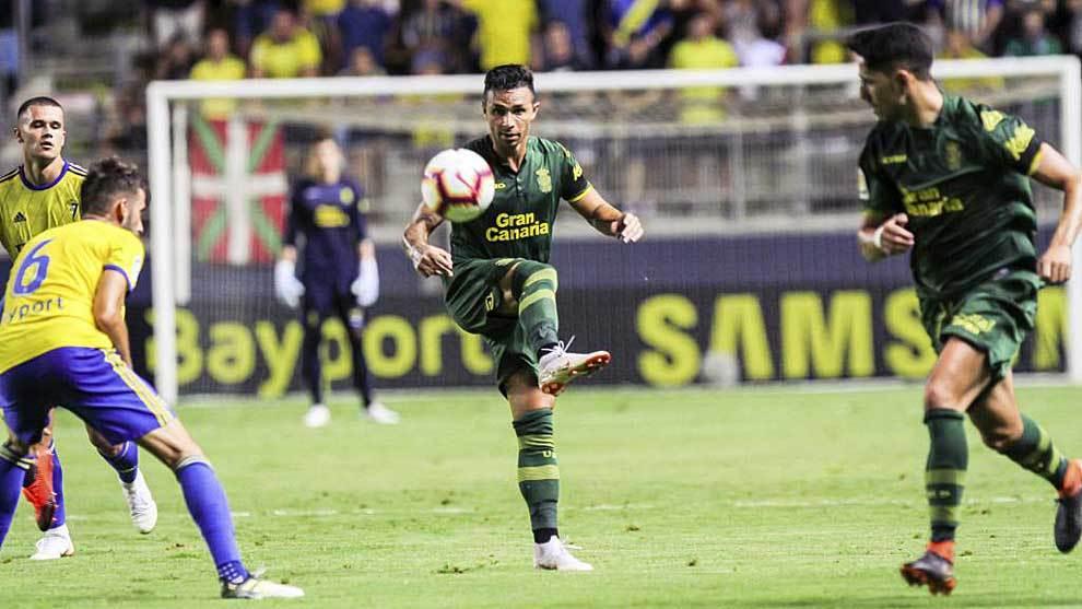 Rubén Castro controla el balón ante José Mari y Aketxe y su...
