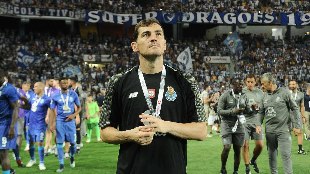 Iker Casillas (37) con la medalla de la Supercopa de Portugal lograda...