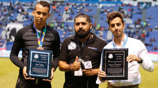 Alan Nuñez y Marcos Madrid posan con su reconocimiento