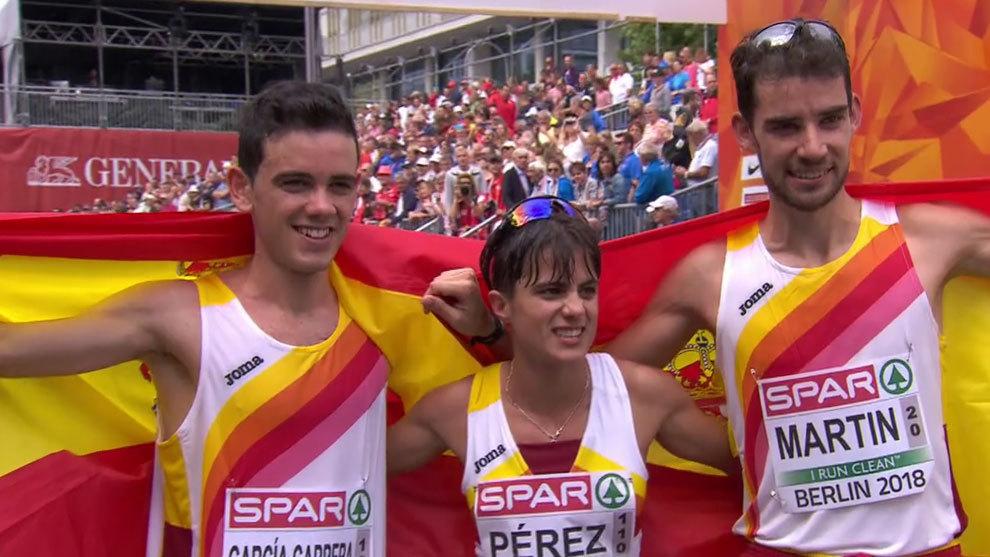Diego García Carrera, María Pérez y Álvaro Martín posan con...