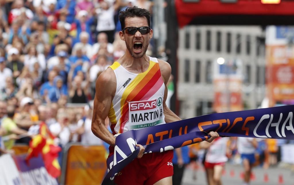Álvaro Martín grita al cruzar la línea de meta.