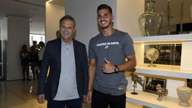 André Silva, junto a Joaquín Caparrós recién llegado a Sevilla.
