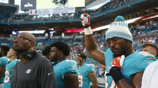 Robert Quinn de los Dolphins alza el puño durante el himno.