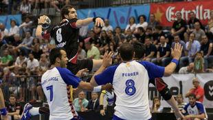Ángel Montoro lanza el  balón en el partido de Champion Langue entre...