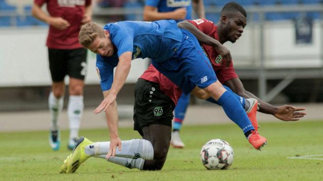 Muniain cae ante la entrada de un jugador del Hannover.