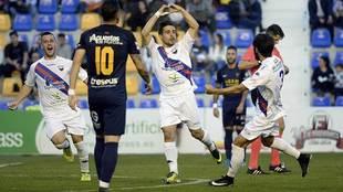Jairo celebra un gol del Extremadura en el campo del UCAM Murcia la...