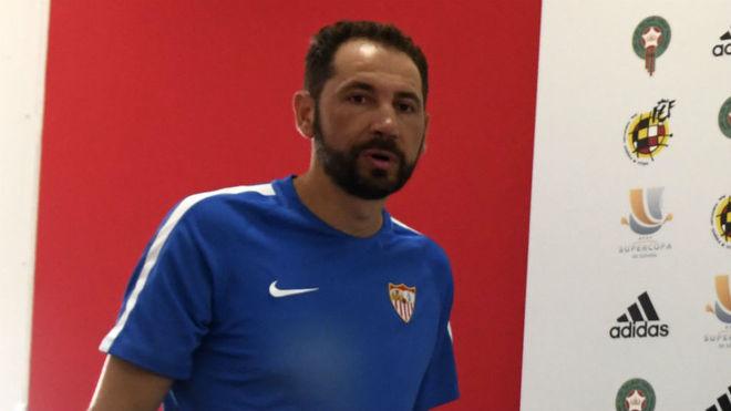 Pablo Machín llega a la sala de prensa este sábado.