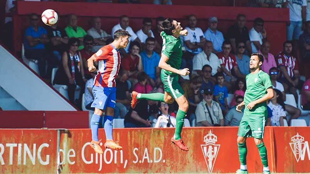 Una imagen del duelo entre el equipo asturiano y su filial en Mareo
