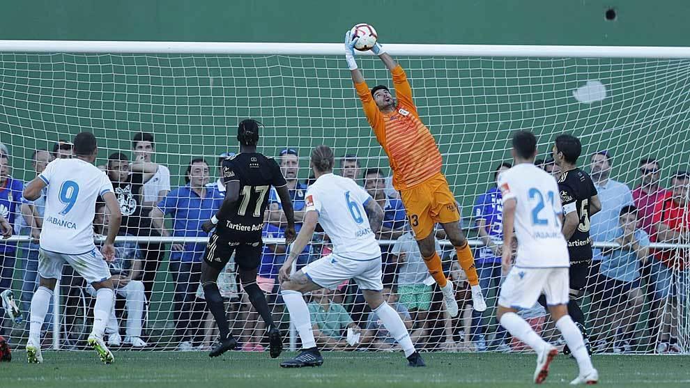 Champagne, héroe en los penaltis, ataja un balón aéreo en Foz