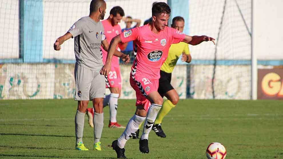 Una imagen del partido disputado en Viveiro, con el goleador Yuri de...