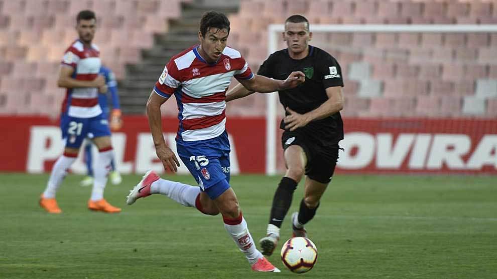 Nico Aguirre conduce el balón en el derbi de Los Cármenes