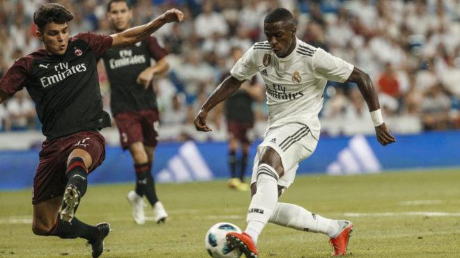 Vinicius regatea ante el Milan.