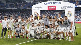 El Madrid, con el trofeo Santiago Bernabéu.