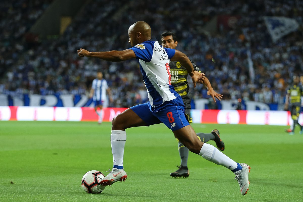 Brahimi, en una acción en el partido con el Porto.
