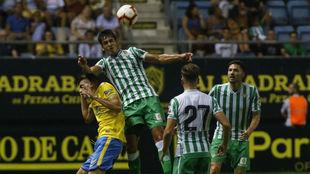 Mandi se impone en una acción aérea del Betis-Las Palmas.