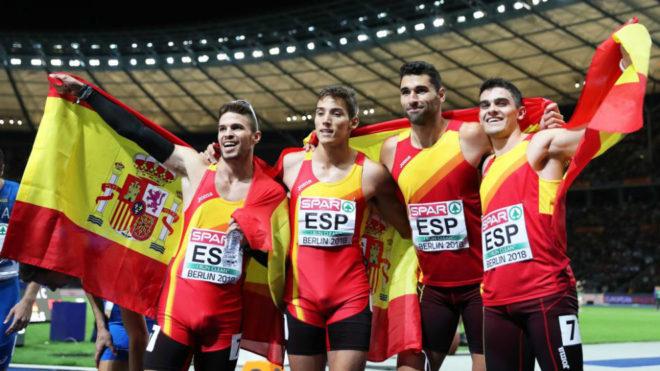 Los 'Spanish Beatles' posan tras acabar terceros en el 4x400.