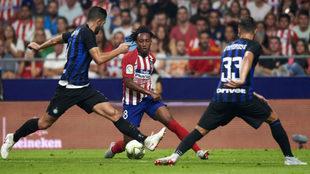 Gelson Martins se marcha de dos rivales.