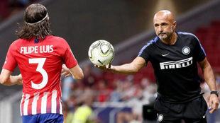 Luciano Spalleti da el balón a Filipe Luis para que saque de banda.
