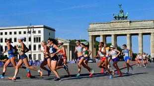 Las maratonianas cruzan ante la Puerta de Brandenburgo