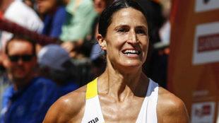 Elena Loyo feliz al cruzar la línea de meta.