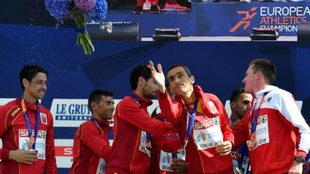 El equipo español de maratón recibe la plata en el podio.