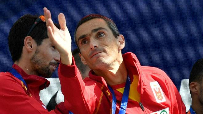 Jesús España tira un ramo de flores al público