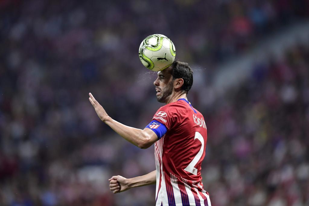 Godín golpea la pelota durante el partido del sábado ante el Inter.