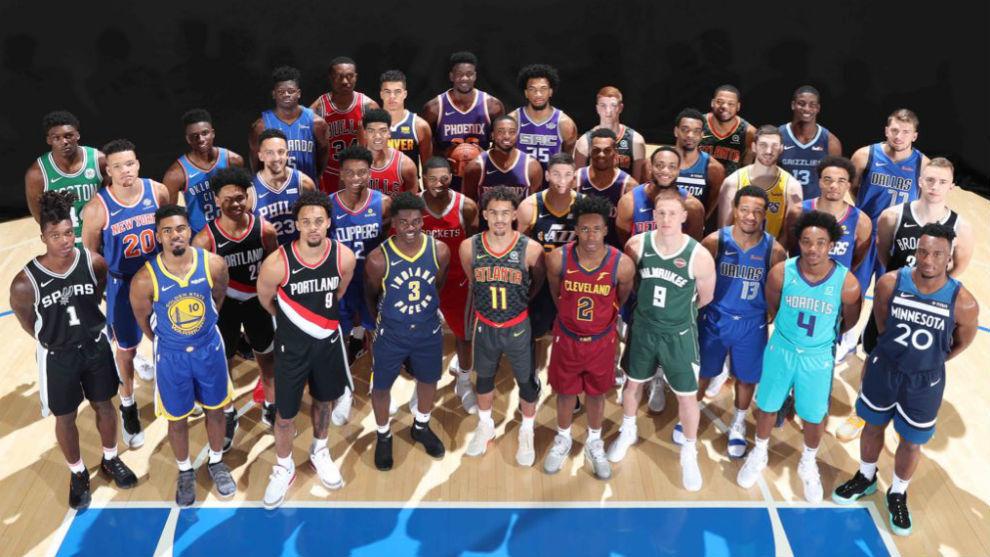 Foto oficial de los rookies de 2008, con Doncic arriba a la derecha.