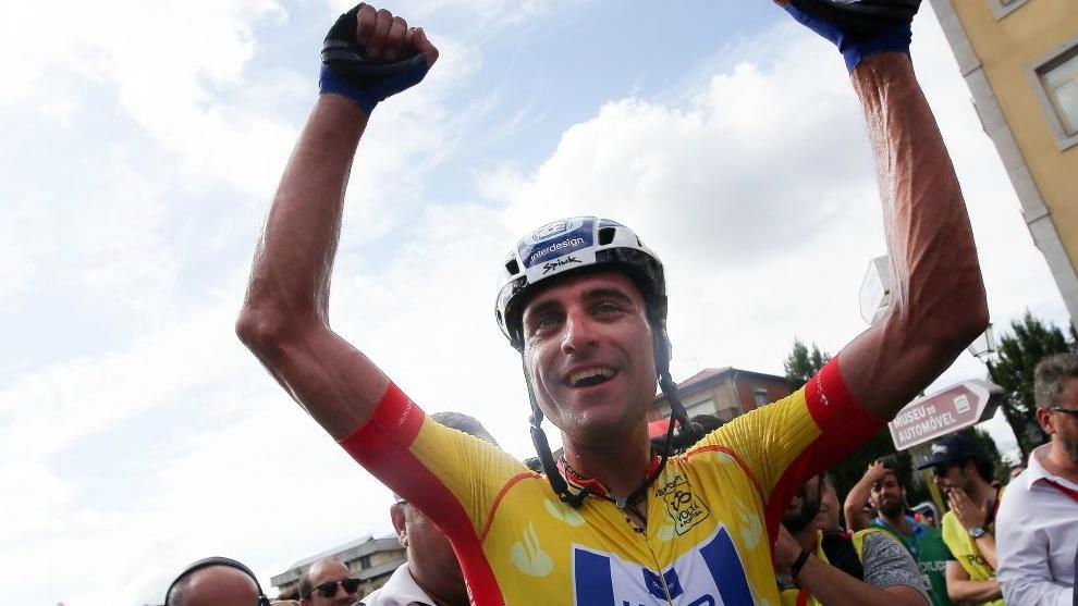 Raúl Alarcón celebra la victoria segundos después de cruzar la meta