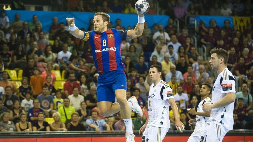 Víctor Tomás ante el Kiel durante un partido de Liga de Campeones