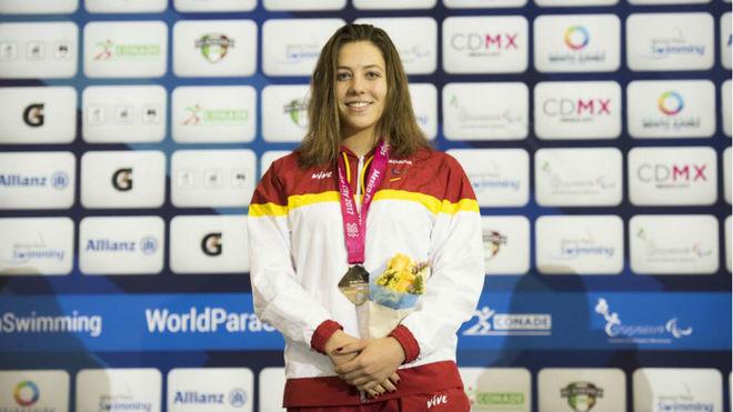 Nuria Marqués (19 años) en el podio tras ganar el oro de 100 espalda...