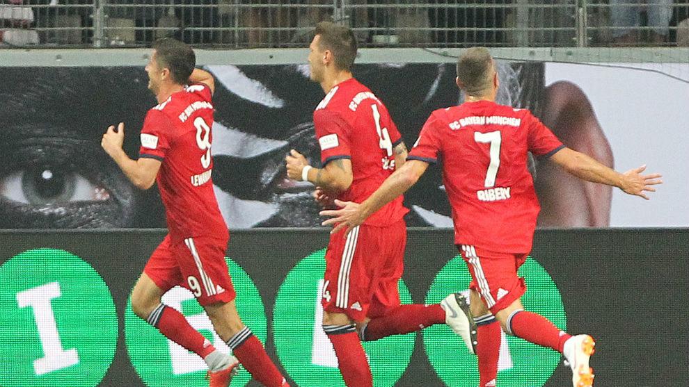 Lewandowski celebra el 1-0 con Süle y Ribéry