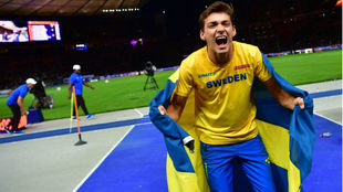 Armand Duplantis celebra el oro en los Europeos
