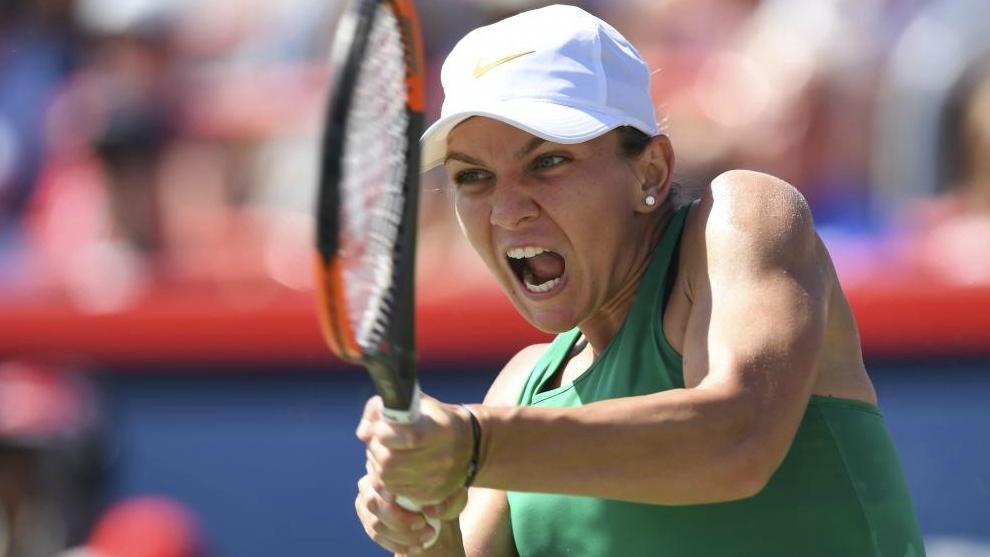 Simona Halep devuelve un golpe durante la final.