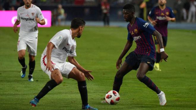Dembélé intenta driblar a Jesús Navas en el partido de la Supercopa...