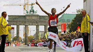 Haile Gebrselassie entra en primera lugar en la meta de la maratón de...