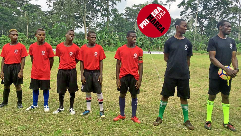 Los 'baka' encuentran en el fútbol un hábitat en el que sentirse...